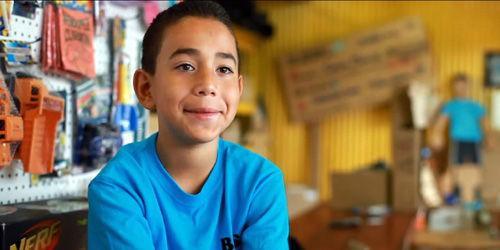 九岁儿童自创纸箱游戏店