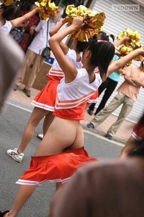 11区妹子跳舞时裙子脱落组图