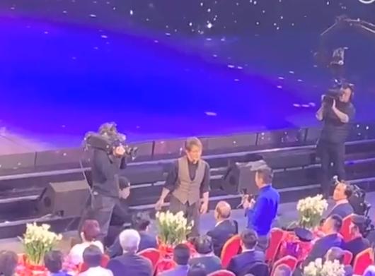 刘谦魔术拍摄视频曝光 助手帮忙偷换壶