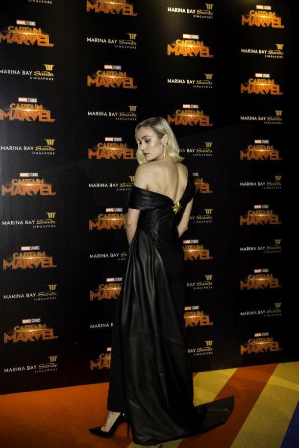 《惊奇队长》新加坡首映礼 女主紧身黑皮衣性感亮相