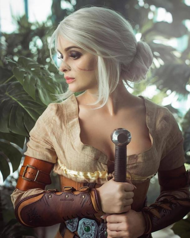 美女Cos《巫师》希里 胸狠妹子略带娇弱性感迷人