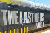 《最后的生还者2》在地铁列车打广告 LOGO图标…